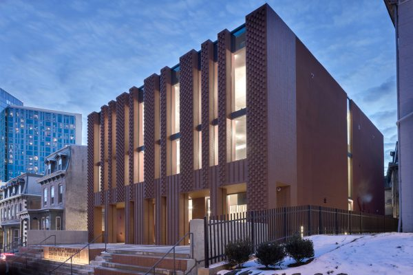 stanley-saitowitz-natoma-architects-inc-center-for-jewish-life-night